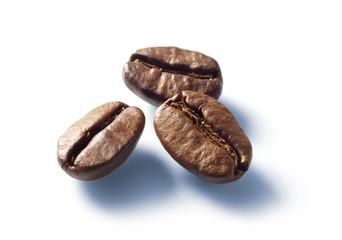 3 Kaffeebohnen auf Weiss