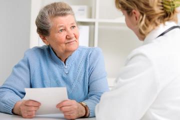 Patientin spricht mit Hausarzt