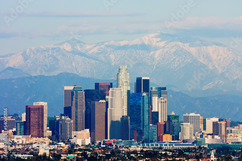 Deurstickers Las Vegas Los Angeles with snowy mountains in the background
