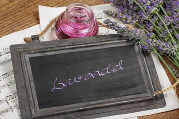 Lavendelblüten mit Lavendelöl