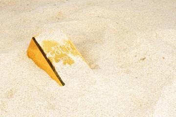 Goldbar in sand