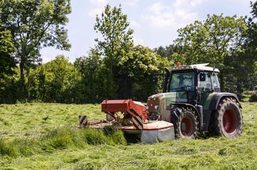 Heuernte, Traktor mit Frontmäher