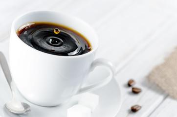 Kaffee tropft in eine Kaffeetasse