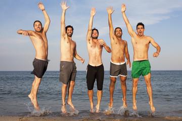 Fünf Männer springen