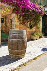Weinfass vor einem Restaurant in Mallorca