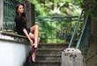 hübsches Model posiert auf Treppe