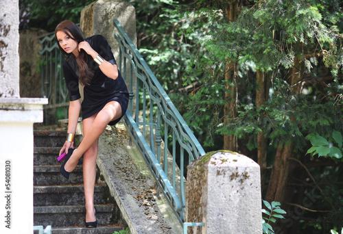 attraktives Mädchen vor rustikalem Hintergrund