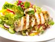 gebratenes Hühnerbrust Filet aufgeschnitten mit Salat