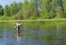 Rybaka połowów kleni wędkarstwo muchowe w rzece Chusovaya