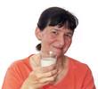dame qui boit un verre de lait
