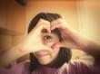 fillette signe coeur