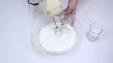 Blend the sugar and cream with a hand mixer