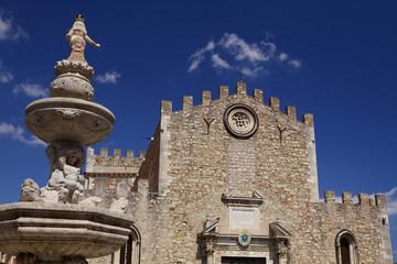Fontana barocca e duomo.Taormina