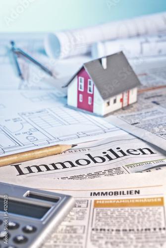 Baupläne, Immobilienanzeigen und Architekturmodell