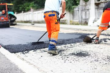 Straße asphaltieren