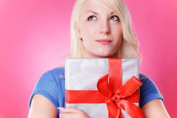 nachdenkliche Frau mit Geschenk