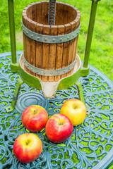 Saftpresse mit Äpfeln