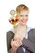 Junge Frau hält großen Pokal