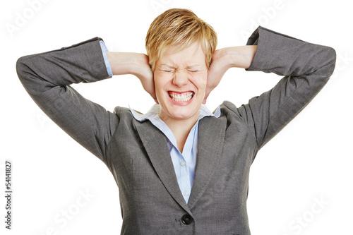 Genervte Frau hält sich Ohren zu
