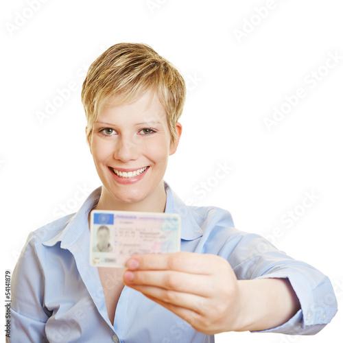 Stolze junge Frau mit neuer Fahrerlaubnis