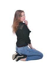 сидящая девушка в джинсах и рубашке