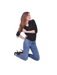 девушка стоит на коленях, джинсы и чёрная рубашка