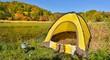 紅葉の水辺のテントキャンプ