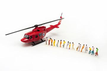 ヘリコプターに並ぶ人々