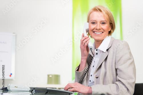 businessfrau telefoniert lächelnd