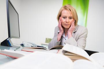 überarbeitete besorgte geschäftsfrau