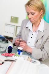 tablettensüchtige geschäftsfrau