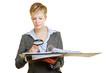Frau mit Lupe liest Vertrag durch