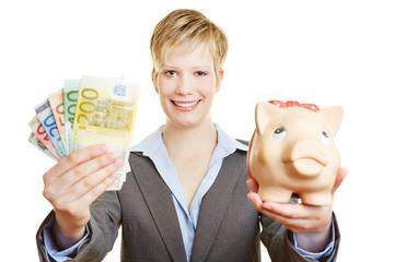 Frau mit Sparschwein und Euro-Geldscheinen