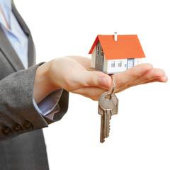 Hand hält Haus und Schlüssel