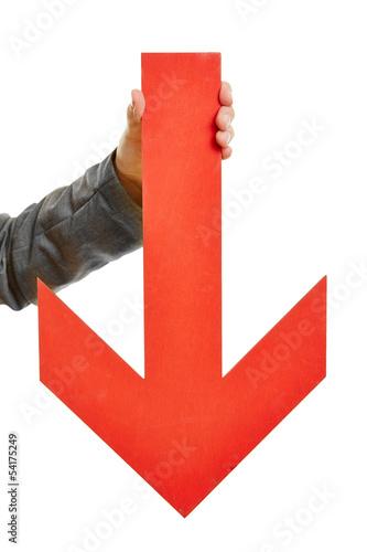 Hand hält großen roten Pfeil