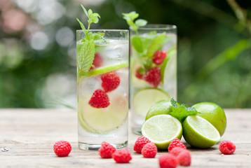 sommerliches erfrischungsgetränk limonade mit limette