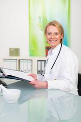 lächelnde ärztin mit krankenakten