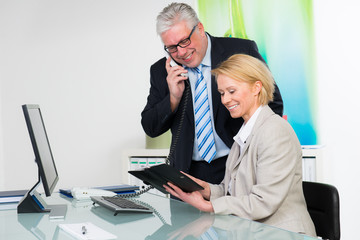 sekretärin zeigt dem chef terminkalender