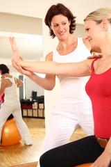 Physiotherapeutin mit Patientin mit Arm Schulter Beschwerden