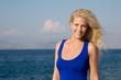 Traumfrau am Meer - Blondine lachend braungebrannt im Urlaub