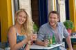 Junges verliebtes Paar im Straßencafe im Sommer