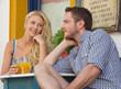Verliebter Blick - junges verliebtes Paar im Sommer
