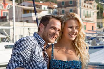 Glücklich verliebtes Paar im Urlaub - lachend im Hafen