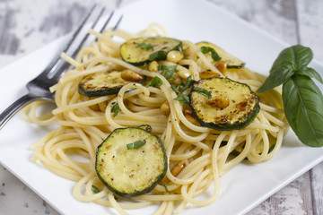 Spaghetti mit Zucchini und Pinienkernen