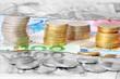 Geldstücke und Euroscheine abstrakt