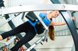 Patientin bei der Physiotherapie im Space Curl