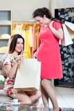 Junge Frauen beim Shopping in Laden oder Boutique