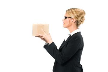 Junge Frau mit einem Paket, Symbol für Logistik
