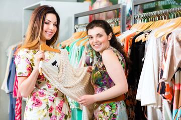 Junge Frau beim Shopping in Laden oder Boutique