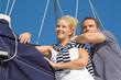 Lachendes junges Paar beim Segeln